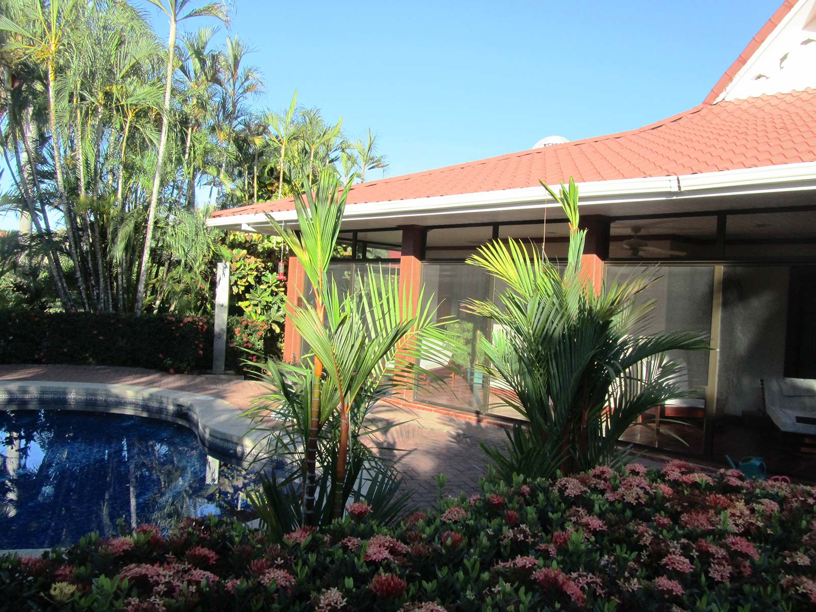 Large executive 4 br home across from tambor beach id for Houses for sale with suites