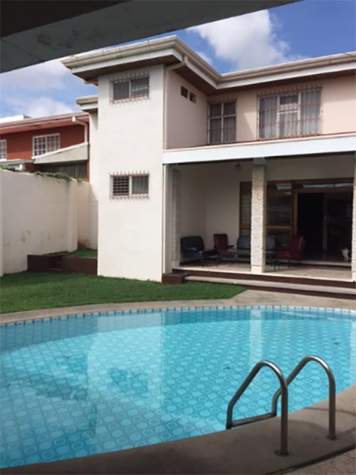 Great house with ample spaces perfect for numerous family with swimming pool