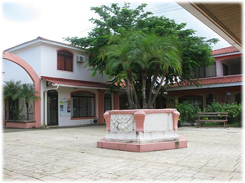 This 2 bedrooms / 2 bathrooms villa is very well located.