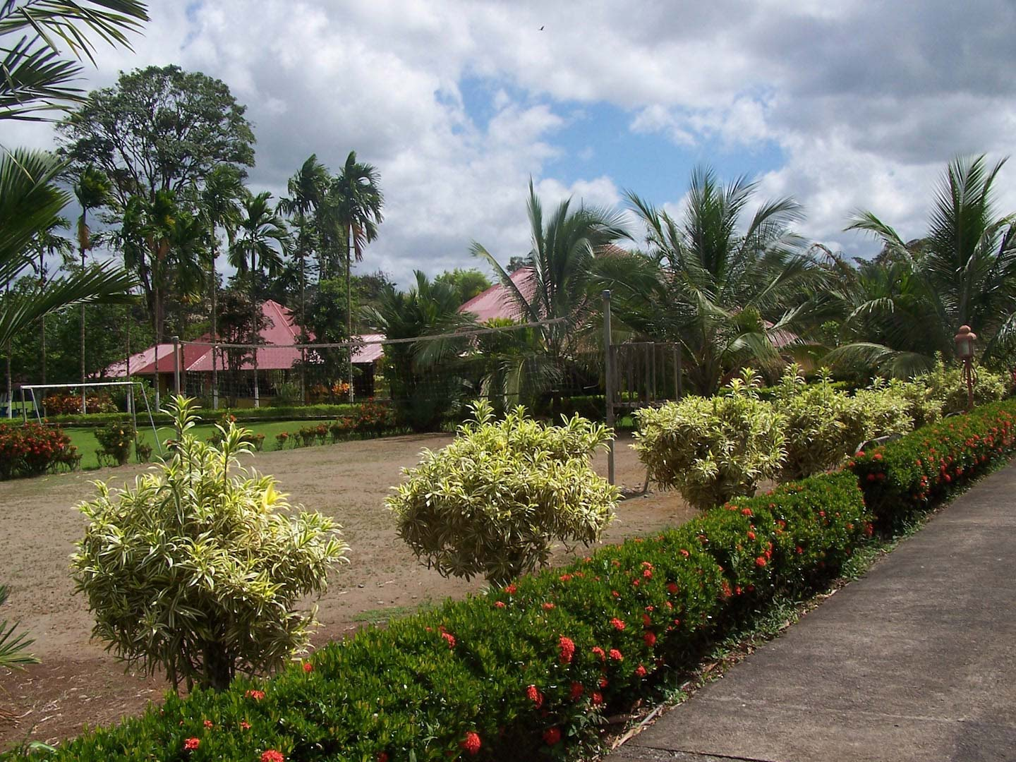 Lovely home in private tico/expat community of outdoors enthusiasts! Tennis courts, swimming pools, hiking trails - all maintained for you in the private, gated and secure community.